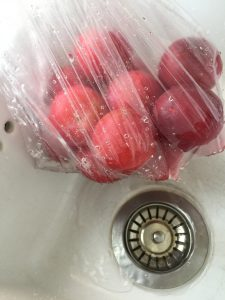 Skyll og vannet renner ut slik at du slipper å skylle en og en frukt, eller å skitne ut et dørslag.